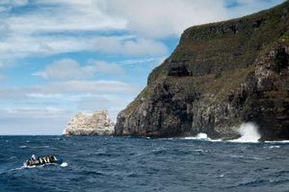 Um grupo de mergulhadores se dirige à ilha de Wolf, nas Galápagos (Equador).