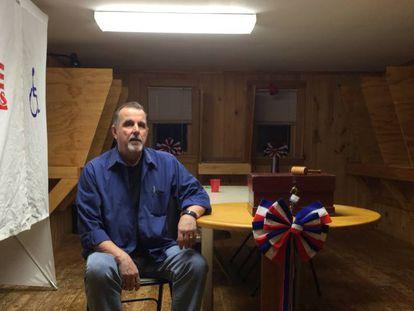 Ed Butler junto à urna eleitoral de Hart's Location (New Hampshire), uma das três cidadezinhas dos Estados Unidos que votam à meia-noite.