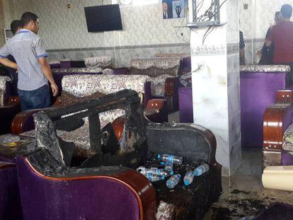 O interior do café atacado na cidade iraquiana de Balam.