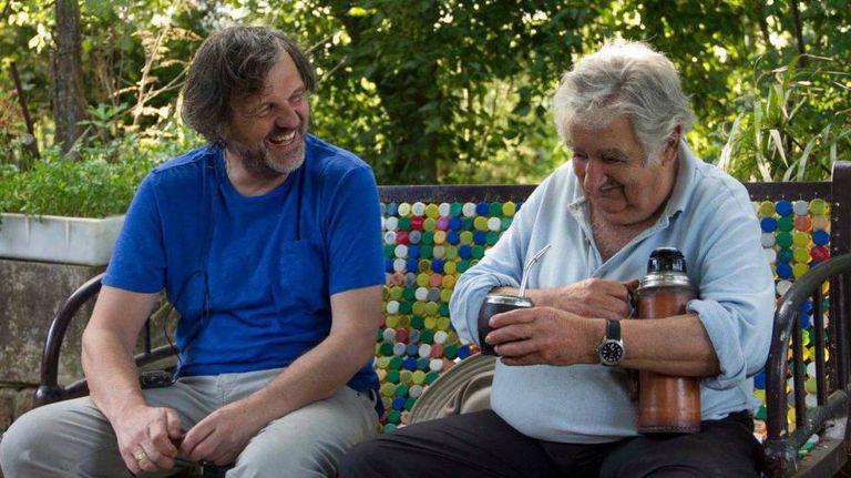 O diretor Emir Kusturica (esquerda) e o ex-presidente uruguaio José Mujica durante a filmagem de 'El Pepe, uma vida suprema'.