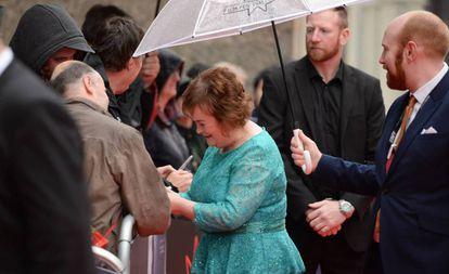 Susan Boyle assina autógrafos em Edimburgo, em julho de 2017