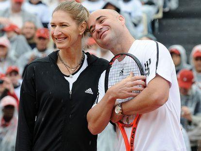 Steffi Graf e Andre Agassi posam durante uma partida de exibição.