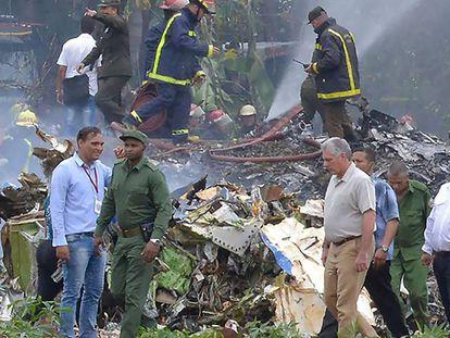 Equipe de resgate e do Corpo de Bombeiros no local onde caiu o avião da companhia Cubana Aviación nesta sexta