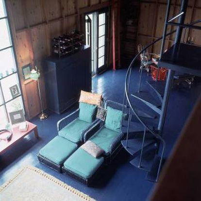 Interior da casa de Capote nos Hamptons, Long Island (Nova York), em cujo salão de dois andares predominavam o colorido do oceano e uma imensa biblioteca que ocupava toda uma parede. A casa foi colocada à venda em 2014 por 60 milhões de reais.