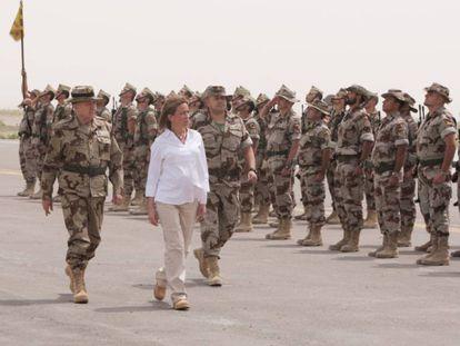 A então ministra de Defesa Carme Chacón passa em revista as tropas espanholas no Afeganistão, em abril de 2008.
