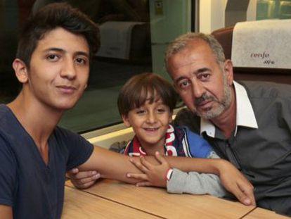 Mohsen com seus dois filhos no trem a Madrid.