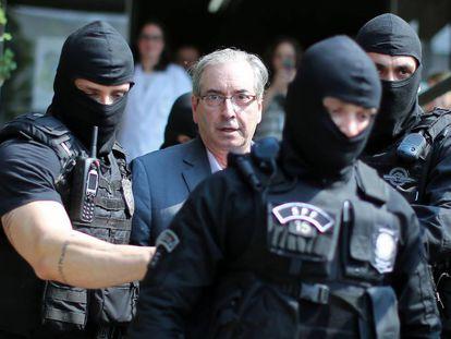 Policiais conduzem Cunha para o IML de Curitiba.