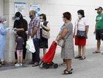 GRAFCAT9659. L'HOSPITALET (BARCELONA), 15/07/2020.- Varias personas esperan para ser atendidas en el Centro de Atención Primaria del barrio de la Florida de L'Hospitalet (Barcelona), uno de los tres barrios de la segunda ciudad catalana en los que el Govern ha endurecido las medidas restrictivas debido a los rebrotes de covid-19. EFE/Andreu Dalmau