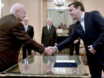Tsipras cumprimenta o presidente da República depois de jurar seu cargo.
