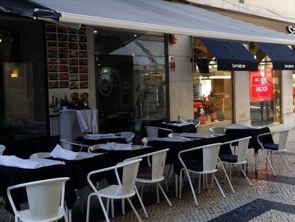 O restaurante apagou o nome do toldo após críticas na internet