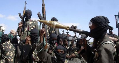 Foto de arquivo de uma milícia do Al Shabab na periferia de Mogadisco.