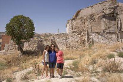 Marimar Regacho, com seus filhos, no lote de 212 metros que lhe custou 12.000 reais no ano passado.