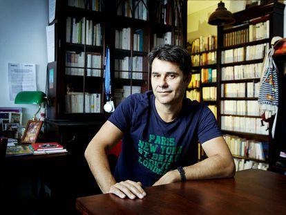 O escritor francês Laurent Binet, em sua casa de Paris.