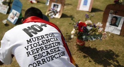 Um cidadão visita túmulos de vítimas da violência na Venezuela.