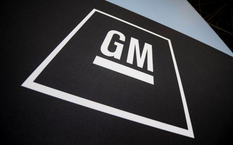 Logotipo da General Motors no salão de Nova York.