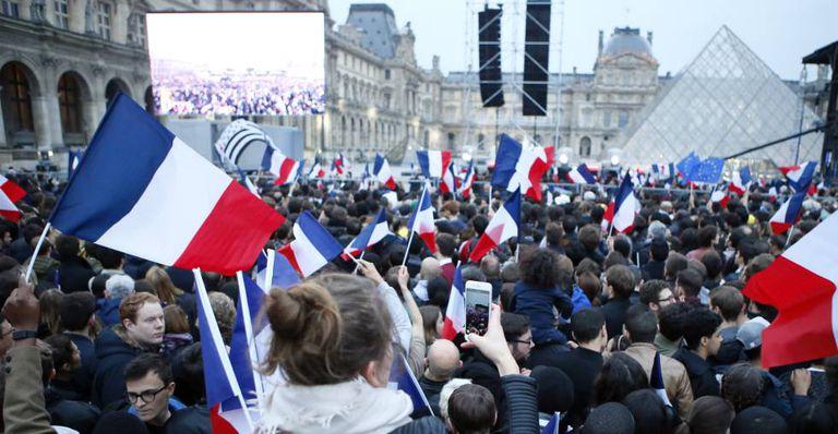 Partidários de Macron esperam seu primeiro discurso, no Louvre.