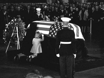 Jacqueline Kennedy e sua filha Caroline beijam o caixão do presidente assassinado.