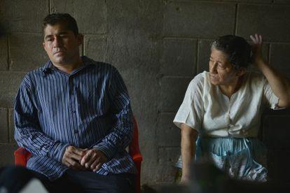 Alvarenga e sua mãe, María Julia, em sua casa.