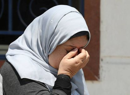 Parente de vítima chora no aeroporto do Cairo.