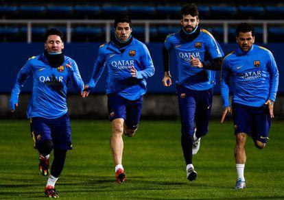 Messi, Suárez, Piqué e Daniel Alves treinam no Japão.