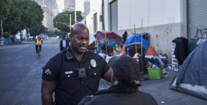 O policial Deon Joseph atende as reclamações de uma mulher em Skid Row.