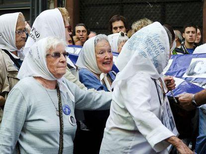 As Abuenas de Plaza de Mayo, grupo formado em 1977.