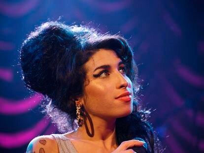 Amy Winehouse em um show no O2 Shepherd's Bush Empire, em Londres, em 28 de maio de 2007. Em vídeo, a cantora em 11 músicas.