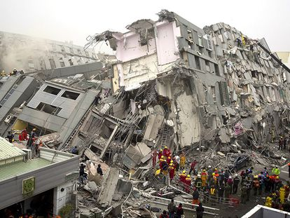 Equipes de resgate buscam sobreviventes do terremoto de Tainan