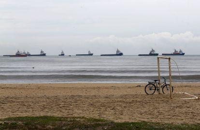 Vários petroleiros navegam nas águas de Macaé, no Rio de Janeiro, onde a Petrobras tem uma de suas maiores plataformas em alto mar.