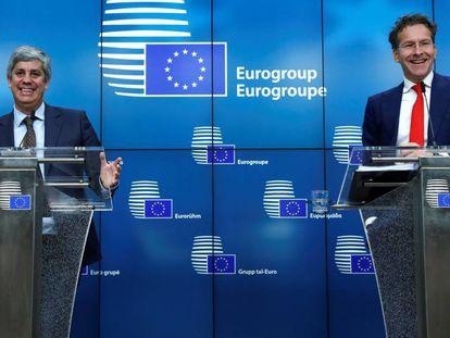 O ministro português Mário Centeno, novo líder do Eurogrupo, e Jeroen Dijselbloem, seu antecessor