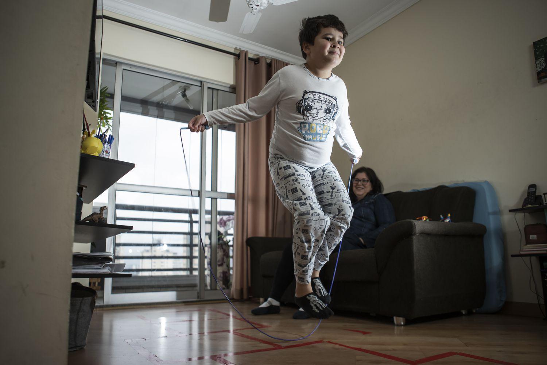 Camilo Augusto Andreassy Castro, 10, e a mãe, Erika Andreassy na residência onde vivem em São Paulo.