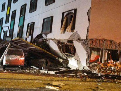 Veículo afetado pelo terremoto.