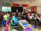 Alumnos atendiendo una charla del colectivo No te prives en una escuela de Murcia.