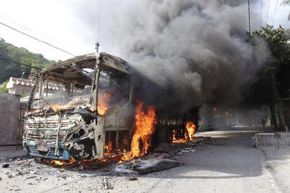 Quatro ônibus foram incendiados neste sábado em Niterói.