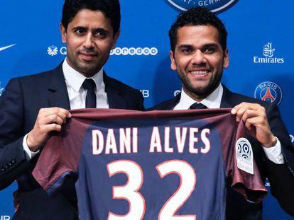 Dani Alves, à direita, e o presidente do PSG.