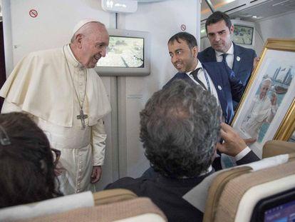 O papa Francisco no avião, encerrando sua visita a Abu Dhabi.