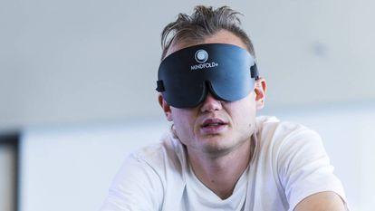 Timur Gareyev pedala numa bicicleta estática durante seu recorde mundial de partidas simultâneas de xadrez às cegas.