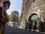 A Guarda Suíça protege entrada do Banco do Vaticano