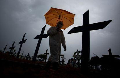 Um trabalhador do cemitério Nossa Senhora Aparecida, em Manaus, caminha pelas covas de vítimas da covid-19, em 25 de fevereiro deste ano.