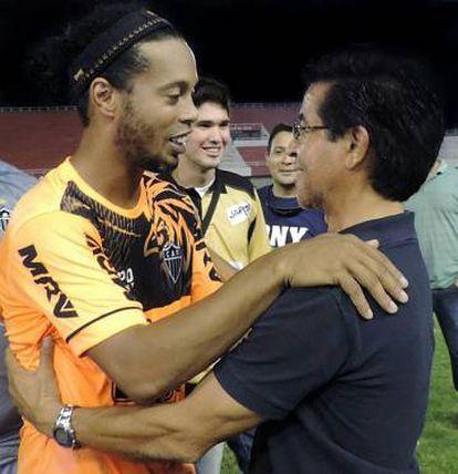 O dirigente reencontra Ronaldinho.