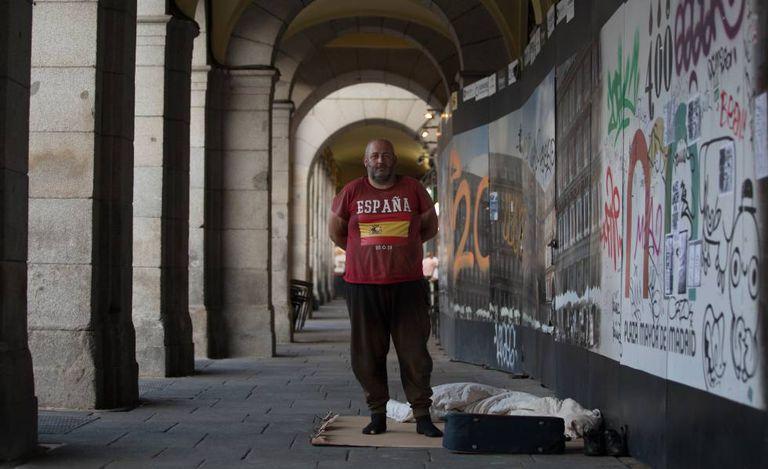 Alberto, de 47 anos, no pórtico da Plaza Mayor de Madri, onde dorme.