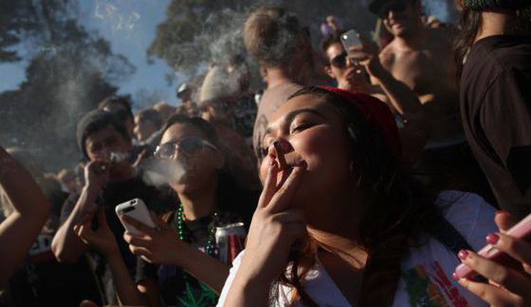 Jovens fumam maconha em São Francisco.