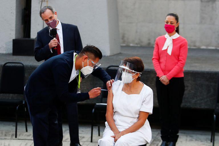 María Irene Ramírez recebe a injeção com a primeira dose da vacina no Hospital Geral na Cidade do México.