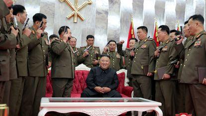 O líder norte-coreano, Kim Jong-un, posou este domingo ao lado de altos oficiais militares depois de lhes dar de presente armas comemorativas.