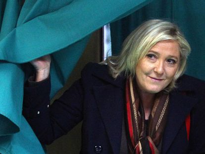 A líder da Frente Nacional, Marine Le Pen, vota em Henin-Beaumont.