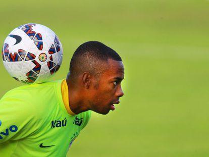 Robinho faz malabarismo com a bola no treinamento do Brasil.