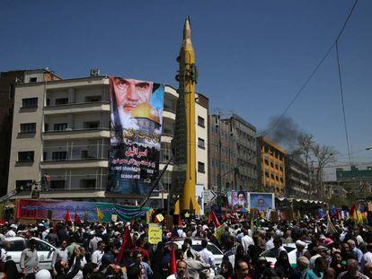 A Guarda Revolucionária mostra um míssil balístico em manifestação a favor da Palestina, em junho de 2017.
