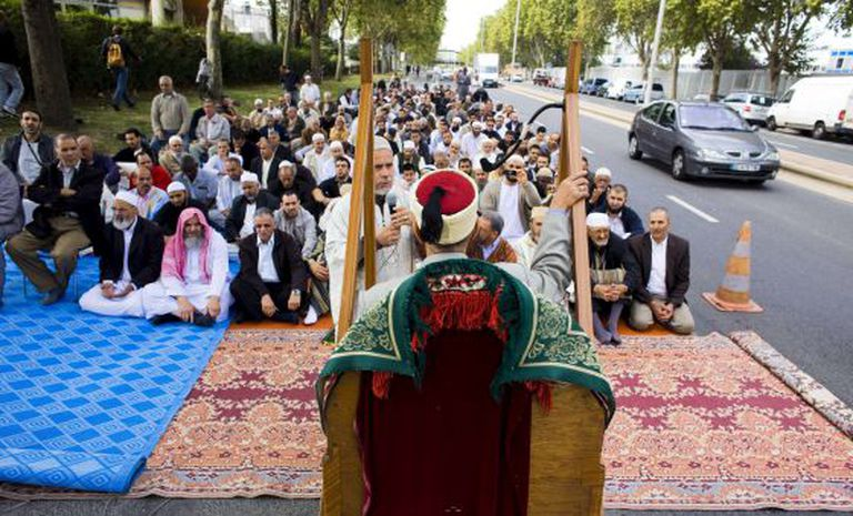 Grupo de muçulmanos reza em Gennevilliers em protesto pela proibição da oração na rua em 2011.