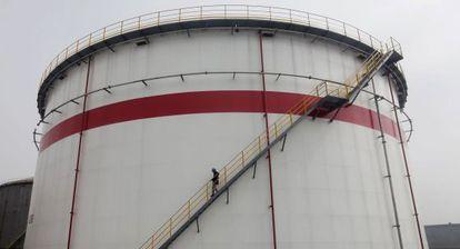 Tanque de petróleo em uma refinaria de Wuhan (Chinesa).