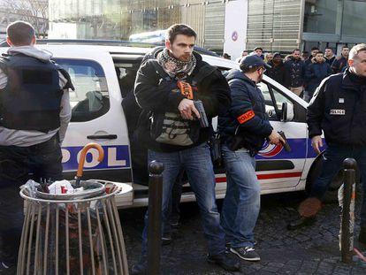 Polícia francesa mata homem armado que tentou invadir delegacia de Paris